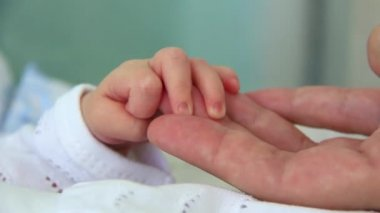 Hand in hand. Mother and newborn daughter in maternity hospital — Stock Video