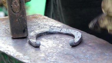 Fazendo ferradura ferreiro — Vídeo Stock