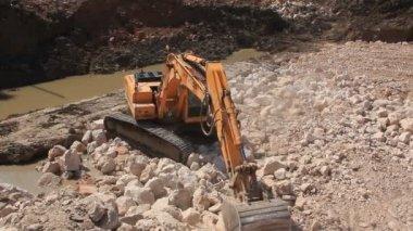 Big excavator operation in stone quarry — Vídeo de Stock