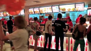 People inside fast food restaurant — Stock Video
