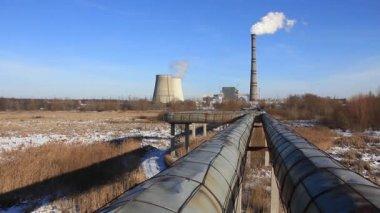 Wieże, komin i rury stacji electropower — Wideo stockowe
