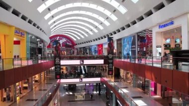 Dubai Mall from inside with buyers in Dubai, UAE — Vídeo de stock