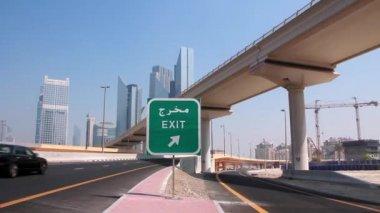 Zeit zeitraffer aufnahme von dubai verkehr und skyline — Stockvideo
