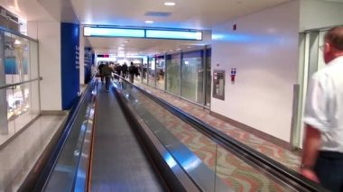 On travelator in Dubai international airport — Stock Video