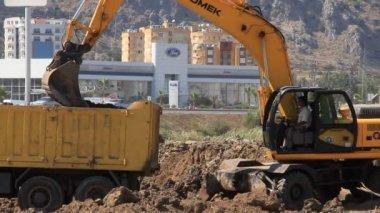 Yellow excavator and dumper truck — Stock Video
