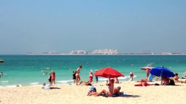 Beach in Dubai view of the Persian Gulf and Palm Island United arab emirates — Stock Video