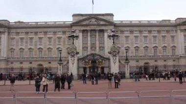 LONDON, ENGLAND, NOVEMBER 15, 2012: near Buckingham palace in London, England, November 15, 2012 — Stock Video