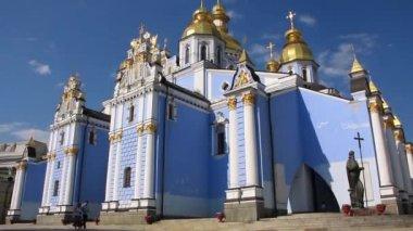 Mikhailovsky Golden-Domed Monastery on Mikhailovskaya square in Kiev, Ukraine — Stock Video