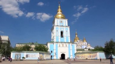 Mikhailovsky Golden-Domed Monastery on Mikhailovskaya square in Kiev, Ukraine — Stock Video