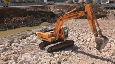 Big excavator operation in stone quarry — Stock Video