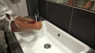 Woman washes hands — Stock Video