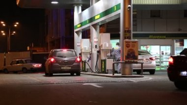 People at gasoline stand — Stock Video