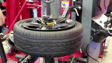 Montáž pneumatik — Stock video
