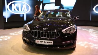 Black KIA Quoris at automotive-show — Stock Video