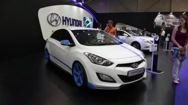 White Hyundai i30 at automotive-show — Stock Video