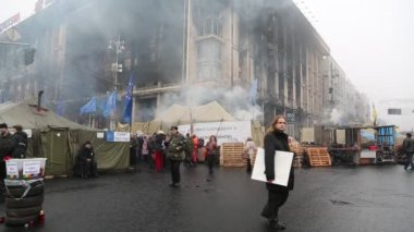 Political crisis. People near burnt house of trade union in Kiev — Stock Video
