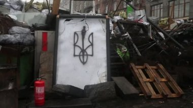 Barricades on the Khreshchatyk street - main street of Kiev — Stock Video