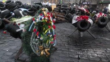 People near barricades on the Khreshchatyk street — Stock Video