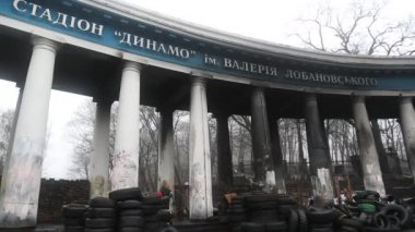 Barricades near Dinamo stadium on the Grushevskogo street in Kiev, Ukraine — Stock Video