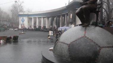 Barricades near Dynamo football stadium on the Hrushevsky street, Kiev, Ukraine — Stock Video