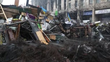 Burnt house of trade union and barricades in Kiev — Stock Video