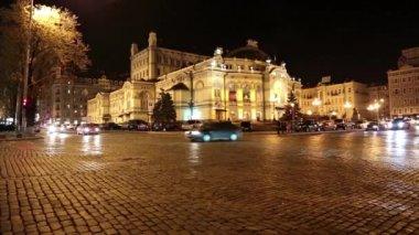 Road traffic near opera house in Kiev — Stok video