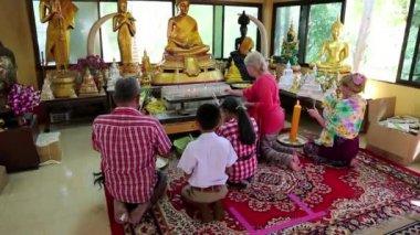 People in Buddhist temple on Pratumnak Hill near Golden Buddha statue in Pattaya — Stock Video