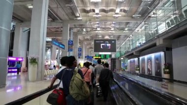 People on travelator inside international airport in Bangkok, Thailand — Stock Video