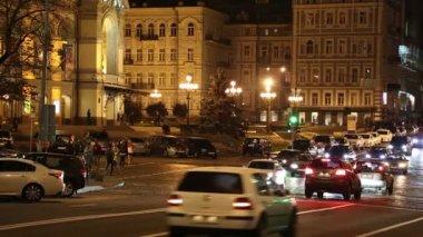 Road traffic by opera house in Kiev, Ukraine — Vídeo Stock