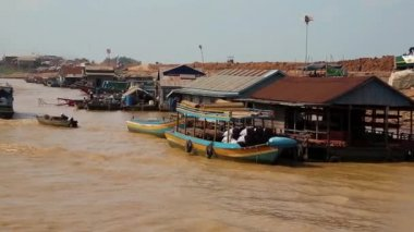 Floating village of Vietnamese refugees on Tonle Sap lake in Siem Reap, Cambodia — Video Stock