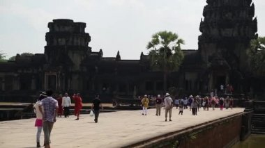 People in Angkor Wat temple, Siem Reap, Cambodia — Stock Video