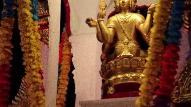 Golden statue of deity on the street in Pattaya, Thailand — Stock Video