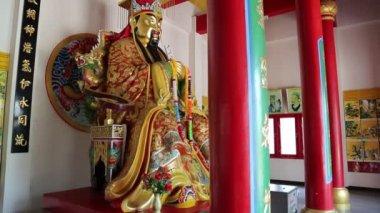 Interior of buddhist temple near Golden Buddha statue in Pattaya, Thailand — Стоковое видео