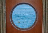Ozean kajak durch kreuzfahrt schiff bullauge gesehen — Stockfoto