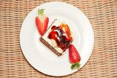 Delicious cake with fresh strawberry — Stock Photo