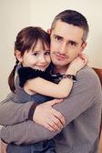Vader en dochter knuffelen en glimlachen — Stockfoto