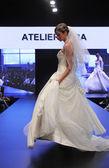 Sfilata di moda abito da sposa — Foto Stock