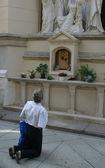 Pilger beten vor einem kruzifix — Stockfoto