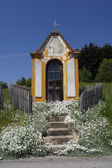 青い空、場所からポホフェ、スロベニアに対して夏の田舎の村のチャペル — ストック写真