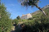 Una pequeña iglesia por encima de la costa del mar — Foto de Stock