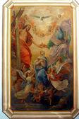 聖母マリア、教会祭壇で絵画の戴冠式 — ストック写真