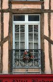 Franska traditionella hus fönster i sens — Stockfoto