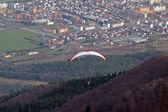 Параглайдинг над городом Марибор, Словения — Стоковое фото