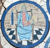 Maria, mãe de misericórdia, mosaico em frente à igreja do monte das bem-aventuranças — Foto Stock