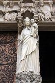 麦当娜与孩子,巴黎圣母院大教堂,巴黎 — 图库照片
