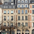 facade of a traditional apartmemt building in paris — Stock Photo