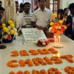 Pilgrims pray beside the tomb of Mother Teresa in Kolkata, West Bengal, India — Stock Photo