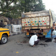 Mechanics repair truck in middle of road in Kolkata, India — Foto de stock #32078455