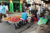 Seller sells fruits on the outdoor market, Kolkata, India — Stock Photo