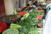 Seller sells vegetables on the outdoor market, Kolkata, India — Stock Photo